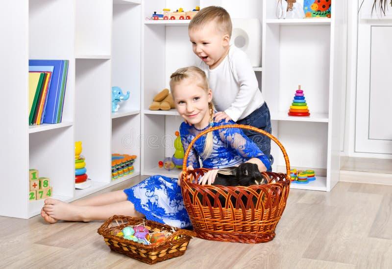 Het leuke broer en zuster spelen voor Pasen stock afbeeldingen