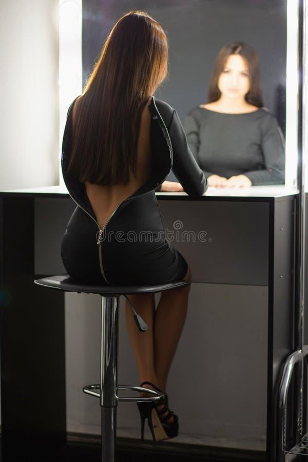 Het leuke dame stellen in de studio royalty-vrije stock afbeelding