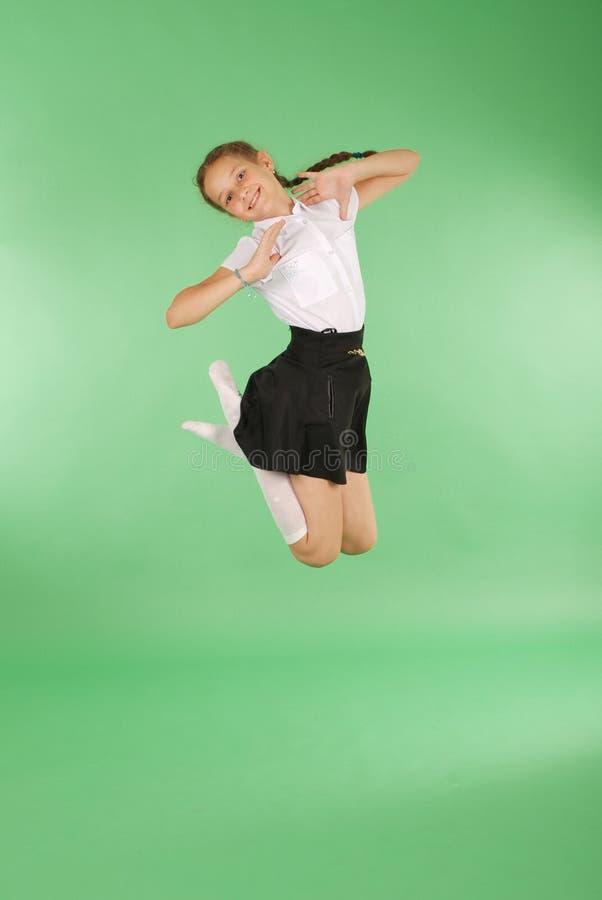 Het leuke gelukkige schoolmeisje springen royalty-vrije stock foto's
