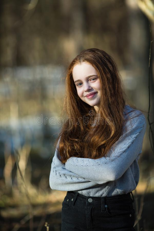 Het leuke gelukkige tiener stellen in een de zomerpark stock foto's