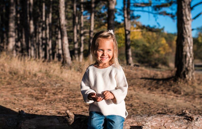 Het leuke glimlachende meisje speelt in openlucht stock afbeelding