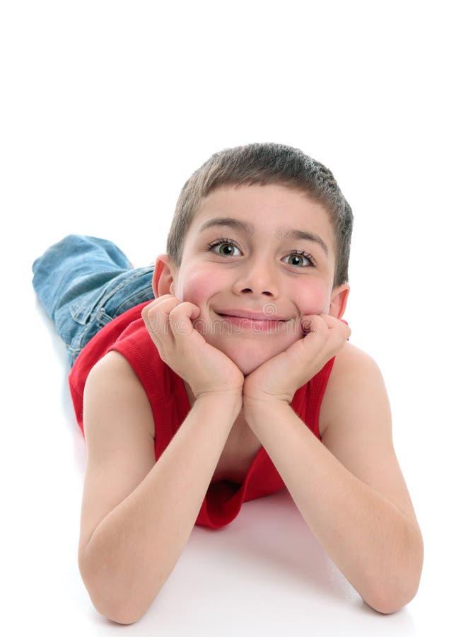 Het leuke het glimlachen jongen ontspannende vooruitzien stock foto's