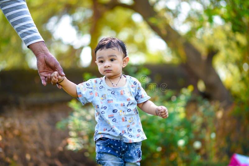 Het leuke Indische babyjongen spelen bij tuin stock foto's