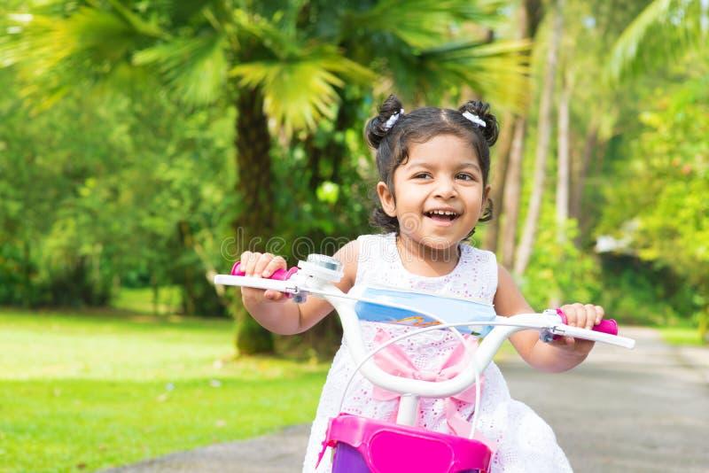 Het leuke Indische meisje biking royalty-vrije stock fotografie