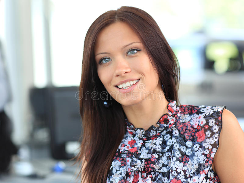 het leuke jonge bedrijfsvrouw glimlachen stock afbeelding