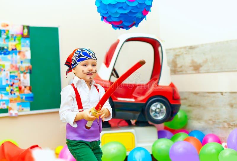 Het leuke jonge geitje, jongen kleedde zich als piraat op speelplaats stock foto's
