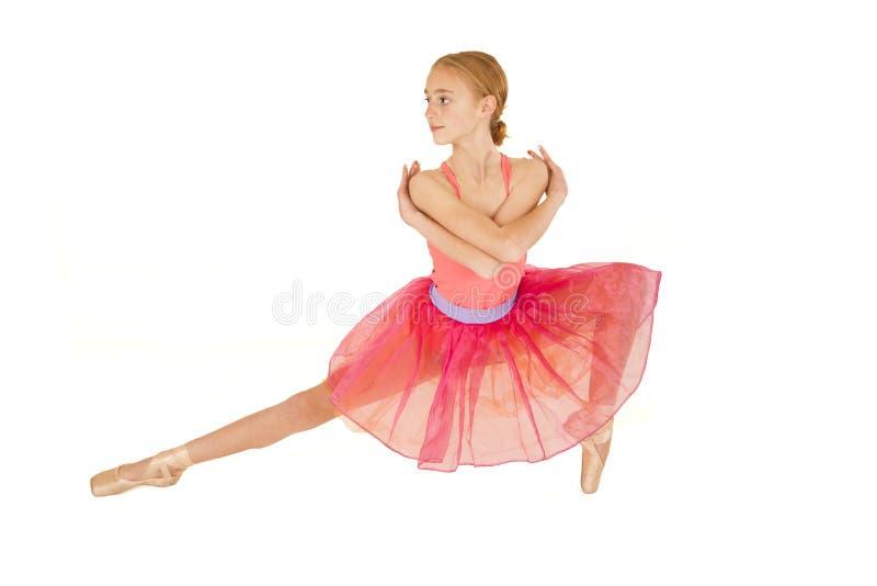 Het leuke jonge meisje die van de roodharigeballerina roze tutu dragen stock foto