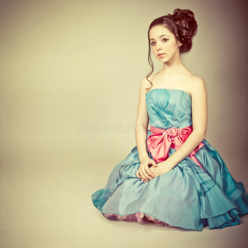 Het leuke jonge meisje kleedde zich als prinses royalty-vrije stock afbeelding