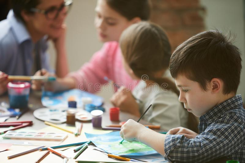Het leuke jongen schilderen stock fotografie