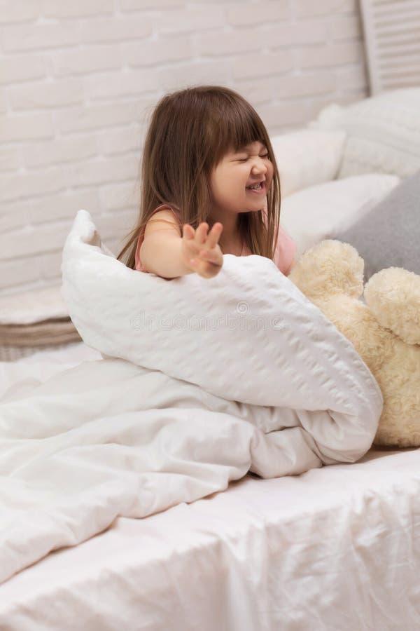 Het leuke kielzog van weinig kindmeisje omhoog van slaap stock foto's