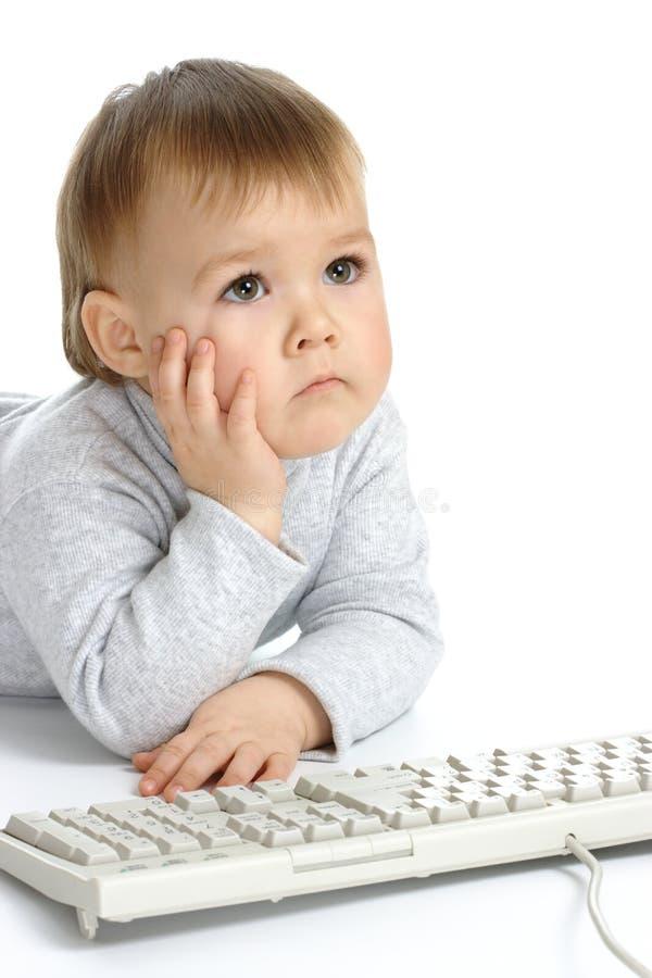 Het leuke kind concentreerde zich op monitor stock foto's