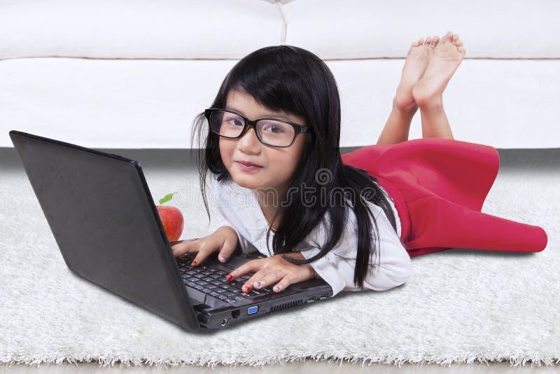 Het leuke kind gebruikt thuis notitieboekje royalty-vrije stock foto's