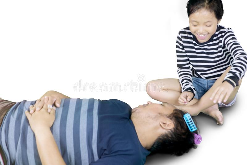 Het leuke kind spelen met haar in slaap vader royalty-vrije stock fotografie