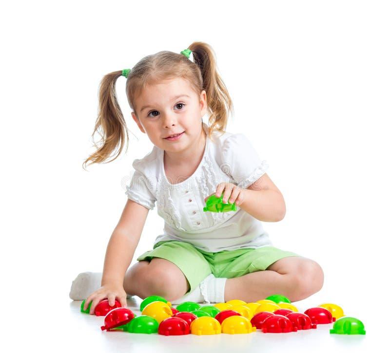 Het leuke kind spelen met mozaïekstuk speelgoed royalty-vrije stock afbeelding