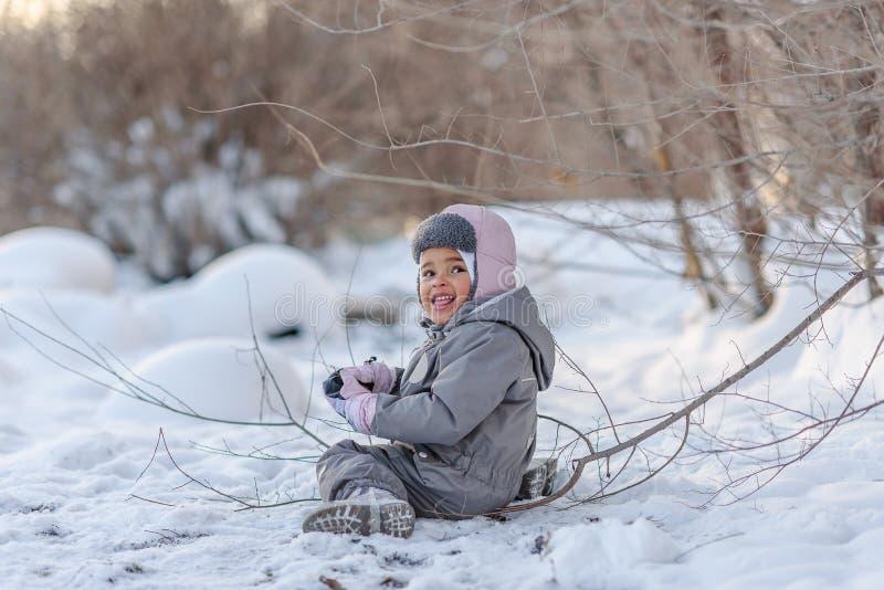 Het leuke kind spelen met sneeuw stock afbeeldingen