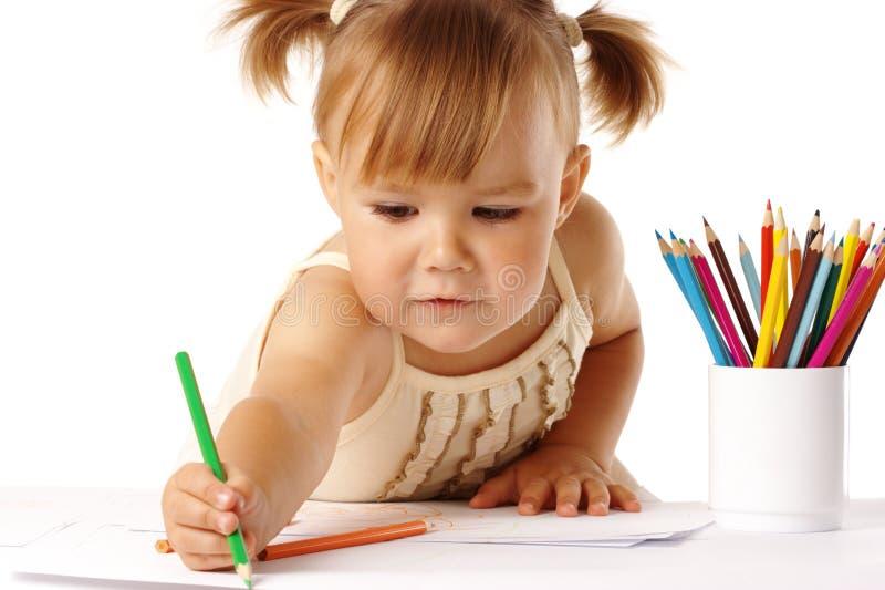 Het leuke kind trekt met kleurpotloden royalty-vrije stock afbeeldingen