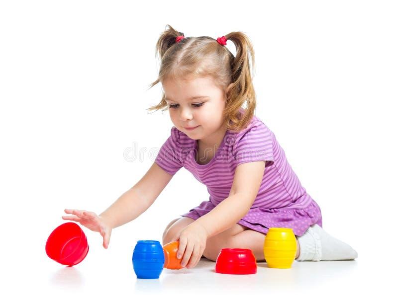 Het leuke kindmeisje spelen met speelgoed stock afbeelding