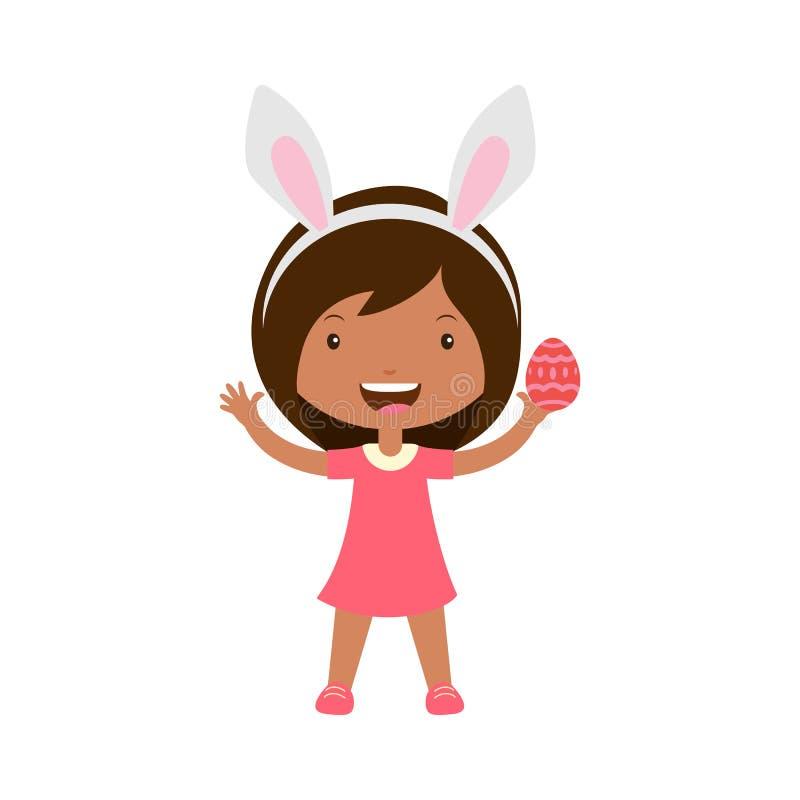Het leuke lachende meisje met konijntjesoren bevindt zich en houdt overladen ei in hand royalty-vrije illustratie