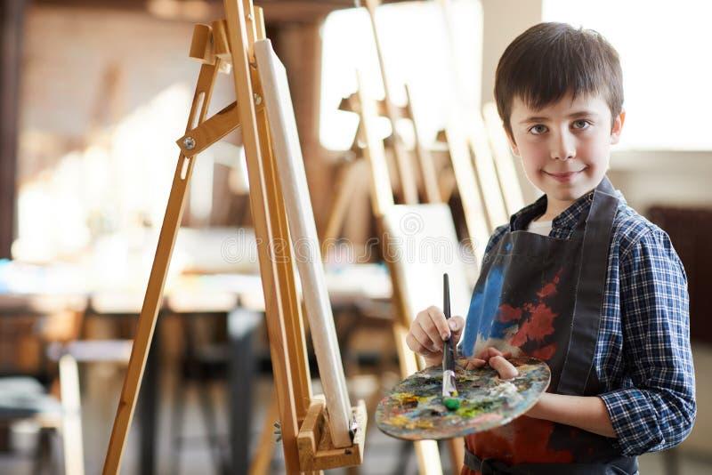 Het leuke Little Boy-Stellen door Schildersezel royalty-vrije stock afbeeldingen