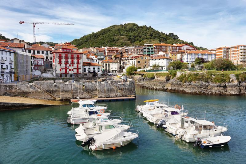 Het leuke mariene dorp van Mundaka in Baskisch land, Spanje stock afbeelding