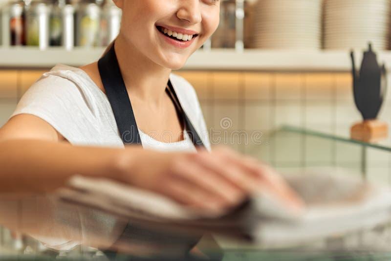 Het leuke meisje afvegen in tegenovergestelde richting in cafetaria royalty-vrije stock foto's