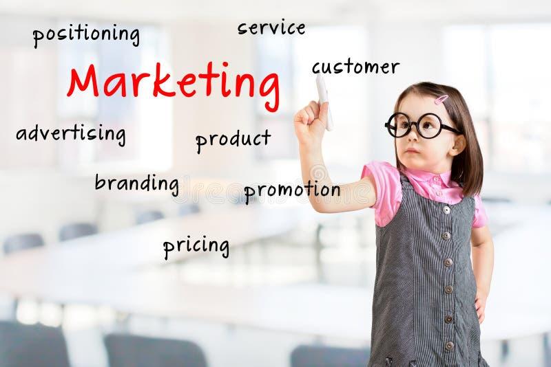 Het leuke meisje die bedrijfskleding dragen en schrijft op de het scherm marketing Bureauachtergrond stock fotografie
