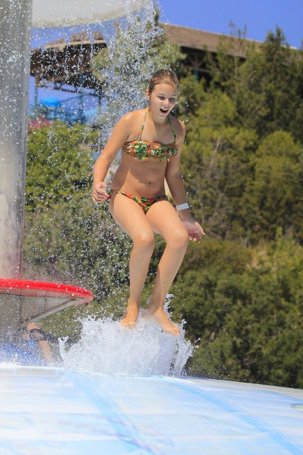 Het leuke meisje die in het waterpark joying royalty-vrije stock afbeeldingen