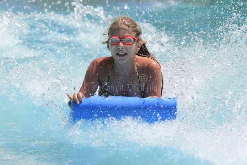 Het leuke meisje die in het waterpark joying royalty-vrije stock foto's
