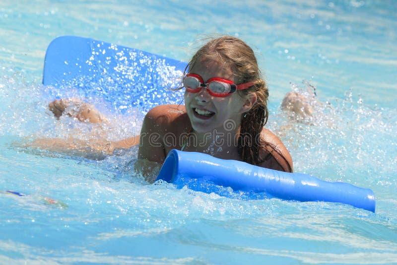 Het leuke meisje die in het waterpark joying stock fotografie
