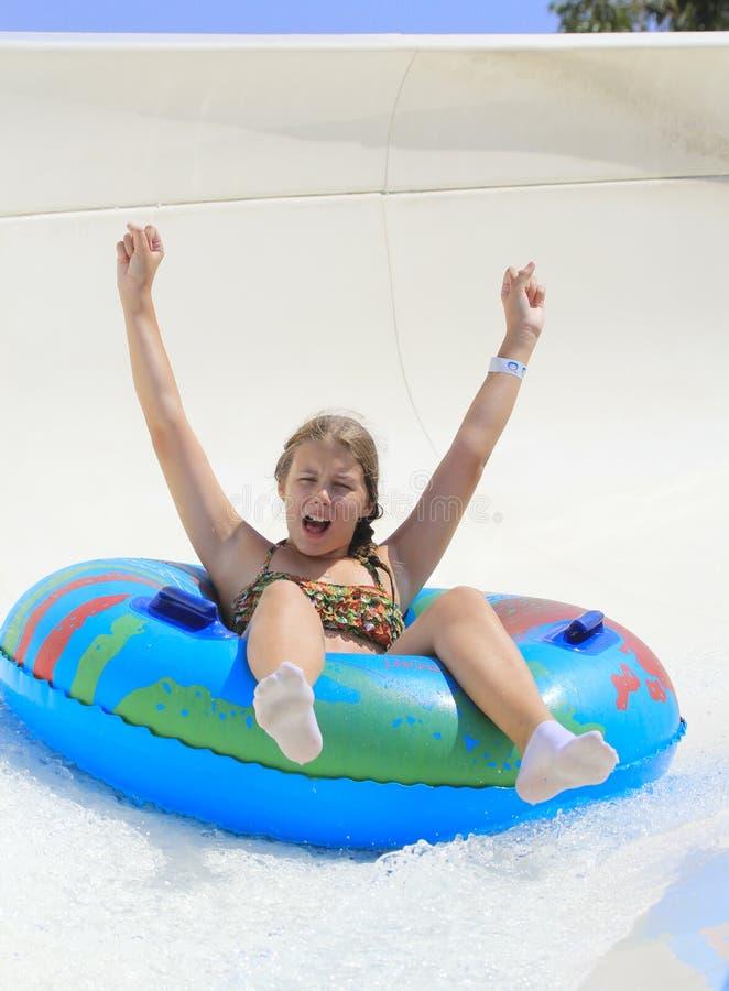 Het leuke meisje die in het waterpark joying royalty-vrije stock foto