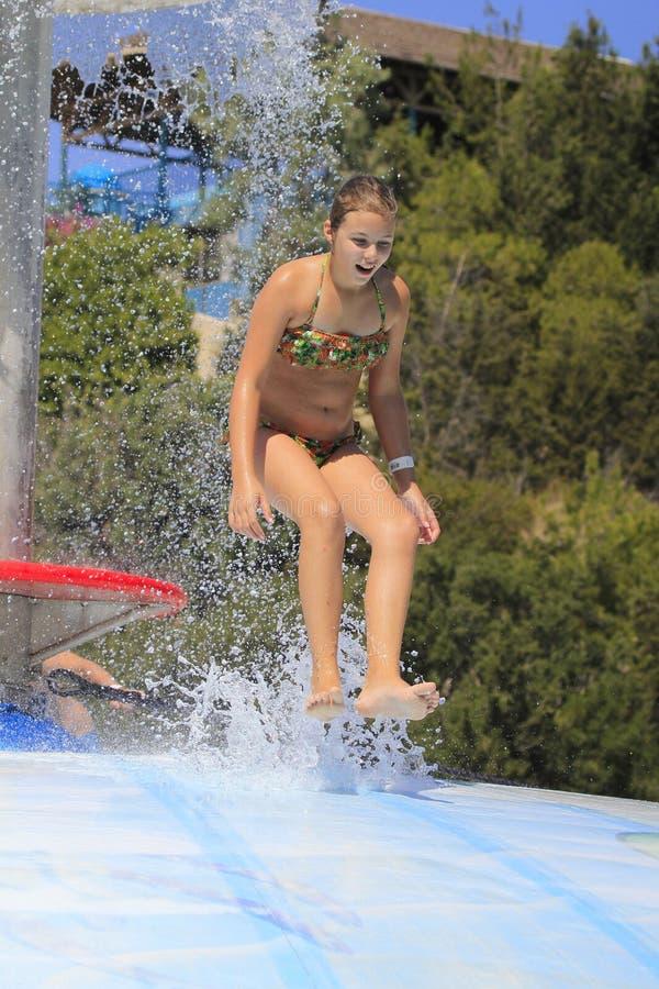 Het leuke meisje die in het waterpark joying royalty-vrije stock fotografie