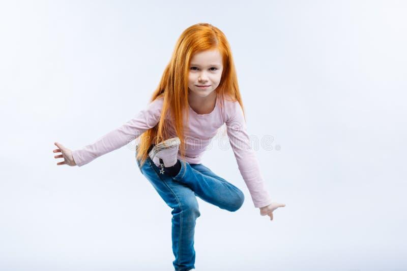 Het leuke meisje die van Nice zich op één been bevinden stock foto's