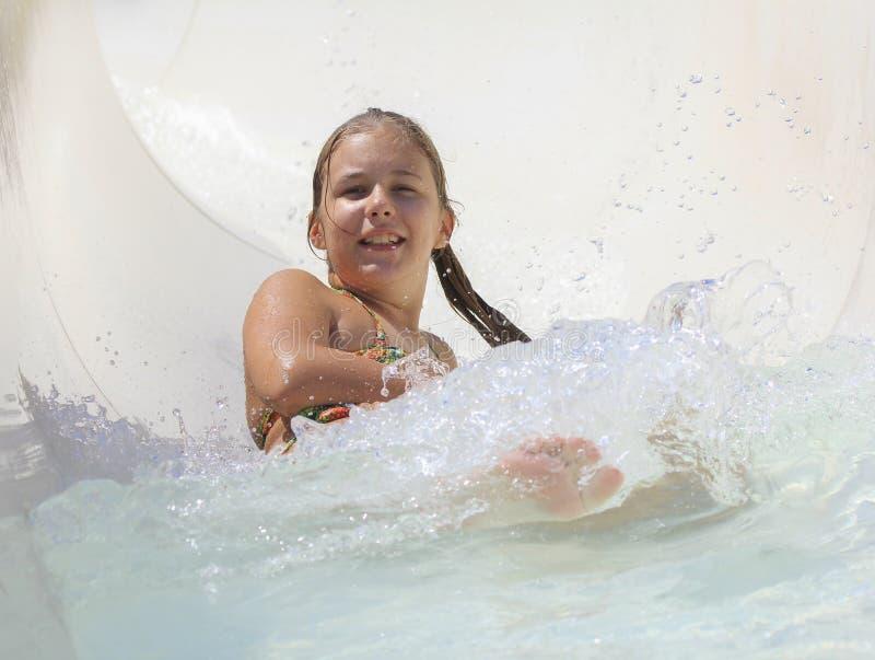 Het leuke meisje die in water joying stock fotografie