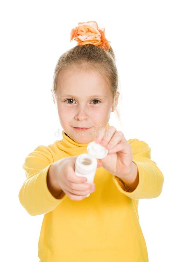 Download Het Leuke Meisje Heeft Vitaminen In Een Fles Stock Afbeelding - Afbeelding bestaande uit hand, zorg: 29503257
