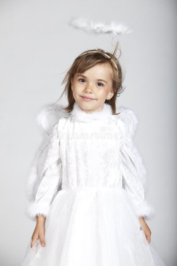 Het leuke meisje kleedde zich als engel royalty-vrije stock fotografie