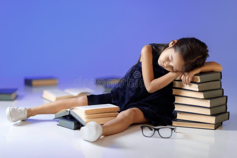 Het leuke meisje leest een boek stock foto's