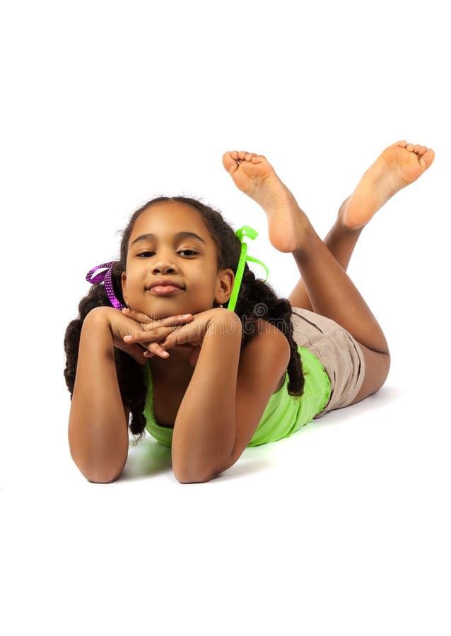 Het leuke meisje ligt op de vloer royalty-vrije stock afbeelding