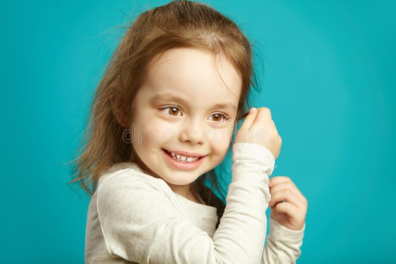 Het leuke meisje met mooie bruine ogen en charmante glimlach, sluit omhoog portret royalty-vrije stock afbeelding
