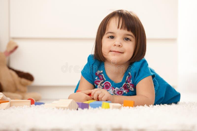 Het leuke meisje spelen stock afbeelding