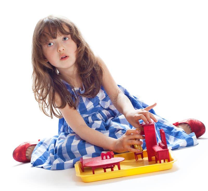 Het leuke meisje spelen in het poppenhuis royalty-vrije stock foto
