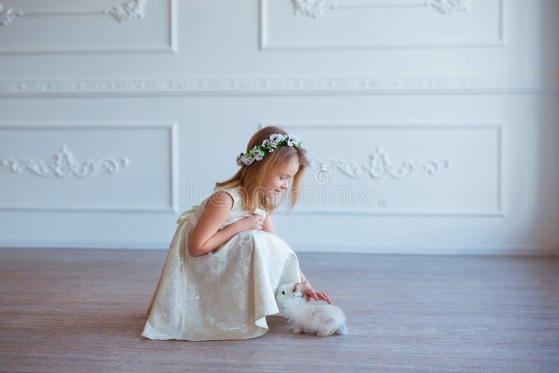 Het leuke meisje spelen met konijntje De lente en Pasen-portret van mooi kind met konijn royalty-vrije stock foto's