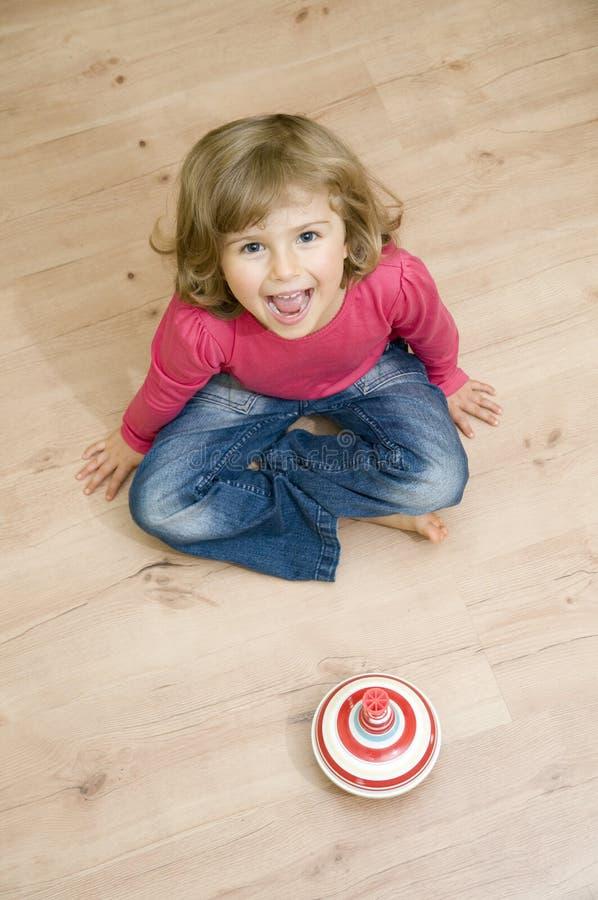 Het leuke meisje spelen met spinner stock afbeelding