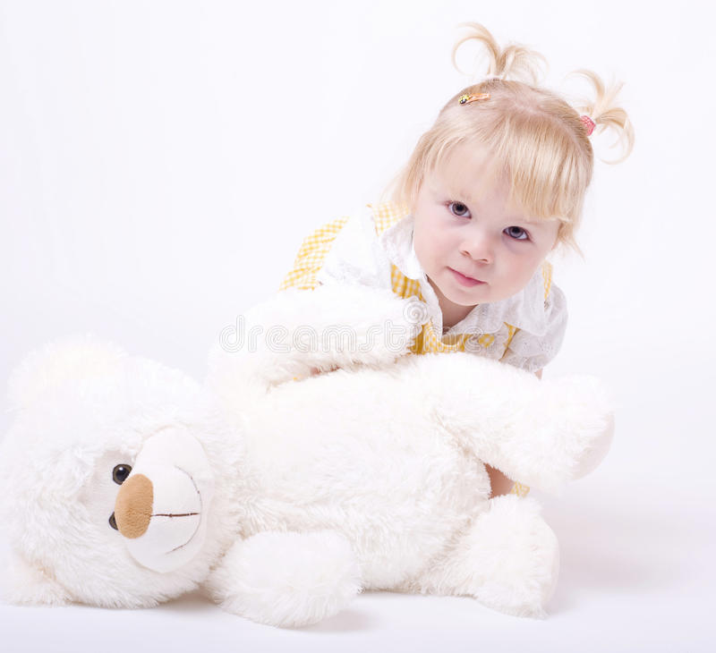 Het leuke meisje spelen met teddybear stock afbeelding