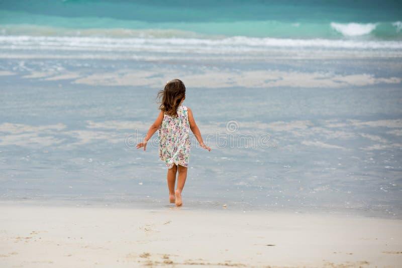 Het leuke meisje spelen op het strand in Doubai stock fotografie