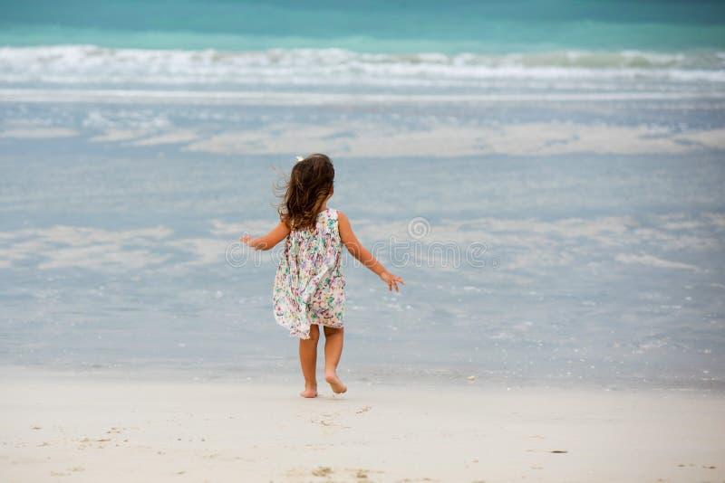 Het leuke meisje spelen op het strand in Doubai stock foto's