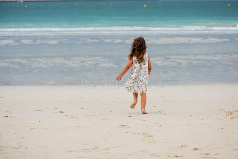 Het leuke meisje spelen op het strand in Doubai royalty-vrije stock afbeelding