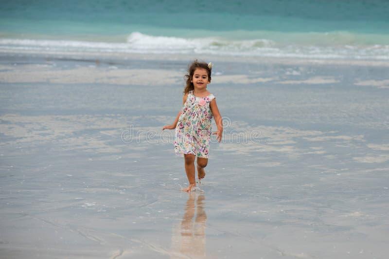 Het leuke meisje spelen op het strand in Doubai royalty-vrije stock afbeeldingen