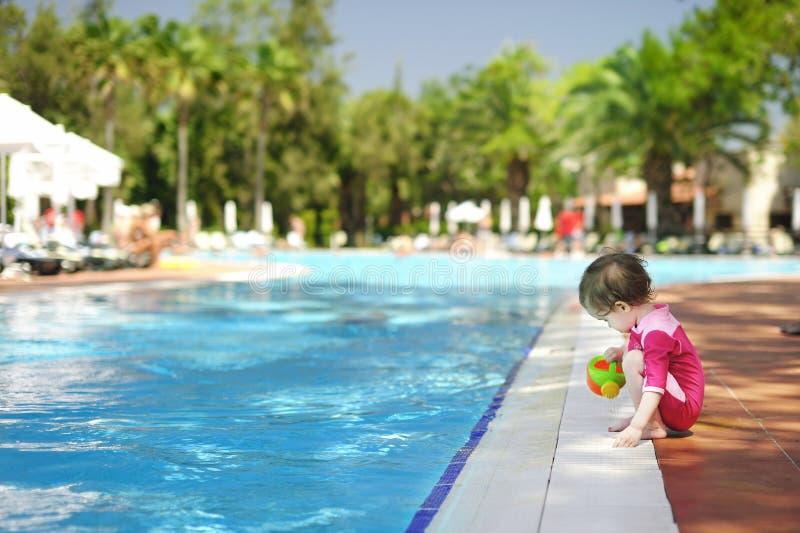 Het leuke meisje spelen in zwembad royalty-vrije stock fotografie