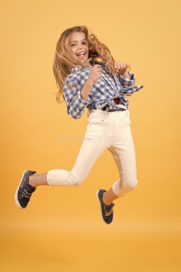 Het leuke meisje springen stock afbeelding