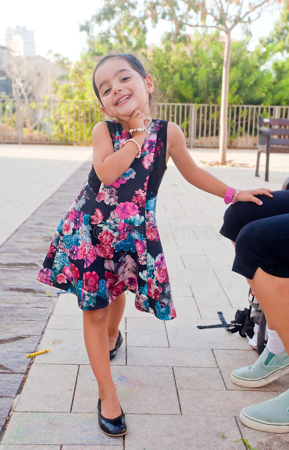 Het leuke meisje stellen bij camera royalty-vrije stock fotografie